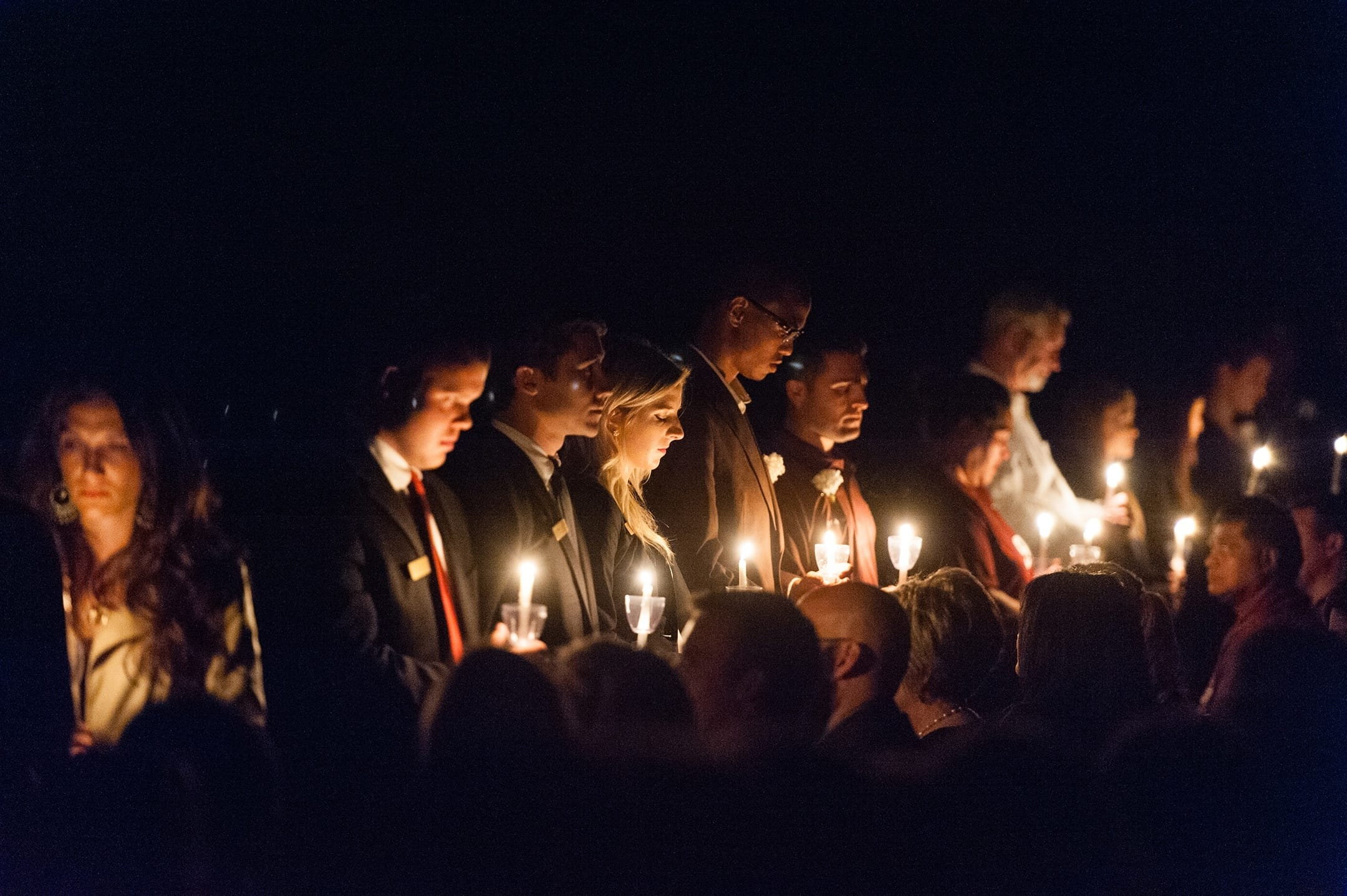 people holding candles at muster - Vertraulichkeitserklarung Muster